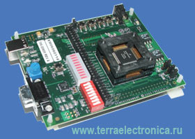 DEMO9S08AW60E – отладочно-оценочный набор, включающий оценочную плату с колодкой с нулевым усилием, встроенный  USB-Multilink BDM для отладки и RS-232 порт для загрузки