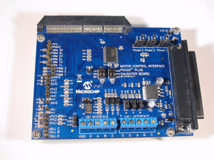Демоплата  This PICtail Plus Motor Control Daughter Card interfaces with Explorer 16 (DM240001) and the HV/LV Power Module (DM300021 and DM300022). It has a variety of test points that will make debugging of your application easier. It also has hardware support for