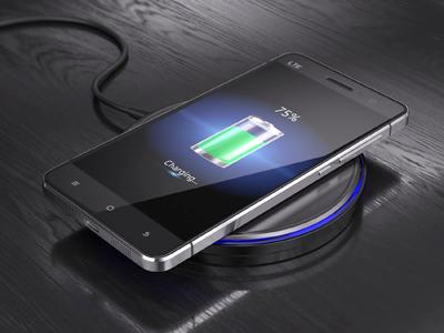 Смартфон на беспроводном зарядном устройстве
