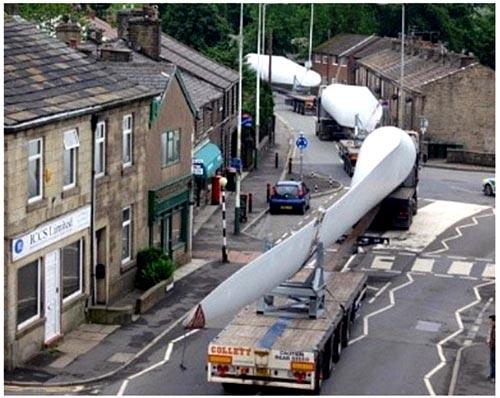 Эденфилд. Перевозка лопастей для турбин ветряной электростанции Scout Moor Wind Farm, которая является второй по величине береговой электростанцией в Англии