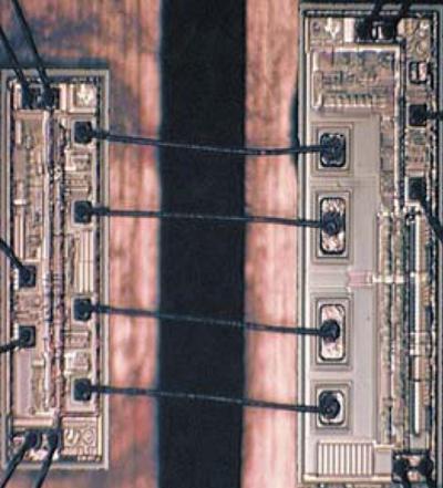 Внешний вид внутренних соединений между двумя подложками цифрового изолятора Texas Instruments