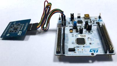 Подключение STEVAL-SMARTAG1 к программатору ST-Link (или ко встроенному программатору ST-Link отладочной платы STM32-Nucleo) с помощью гибкого кабеля
