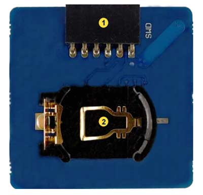 SWD разъем (1) и держатель батареи CR2032 (2) на нижней стороне платы STEVAL-SMARTAG1