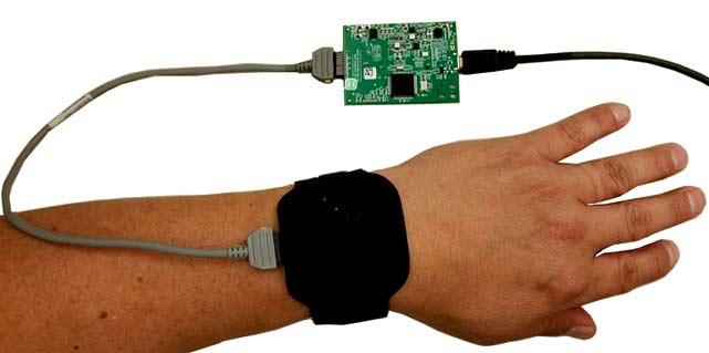Установка сенсорной платы на запястье с помощью липучки